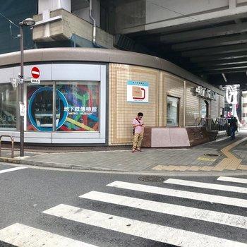 近くには観光スポットの地下鉄博物館があります