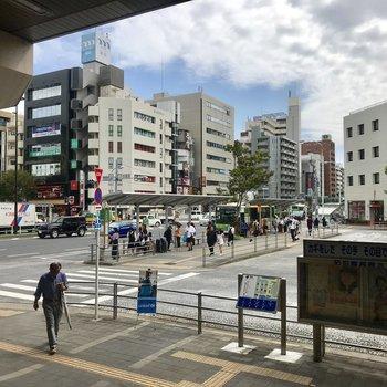 駅前にはバスが多く出ています