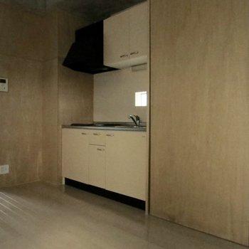 冷蔵庫はキッチン横の収納の中に置きます※写真は通電前のものです