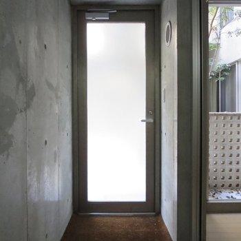 玄関です、フラットな作りになっています※写真は通電前のものです