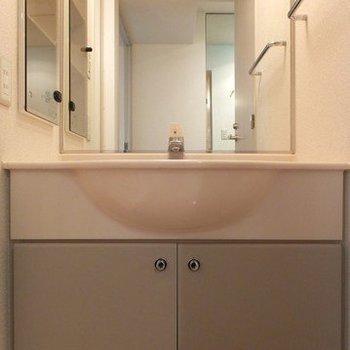 洗面台は独立タイプ!※写真は26階の同間取り別部屋のものです