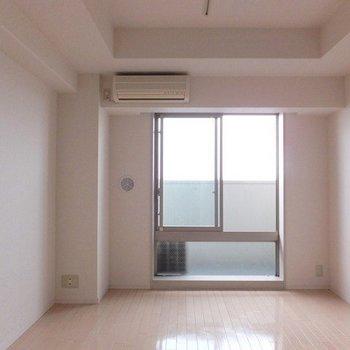 お部屋はひとり暮らしのワンルーム。※写真は26階の同間取り別部屋のものです