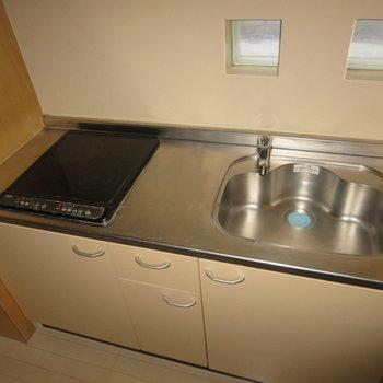 IHコンロで安心安全、作業スペースもあって料理もしやすい※写真は1階の似た間取り別部屋のものです(通電前・フラッシュ使用)