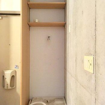 洗濯は玄関横に。(※写真は同間取り別部屋、清掃前のものです)