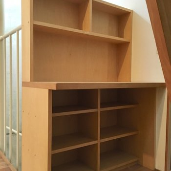 階段下のデスクのような棚、使い方はアナタ次第(※写真は同間取り別部屋、清掃前のものです)