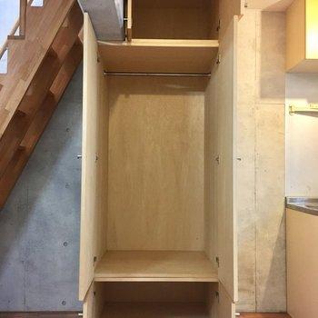 キッチン横のクローゼットは小さめです(※写真は同間取り別部屋、清掃前のものです)