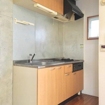 キッチン横に冷蔵庫おけます(※写真は同間取り別部屋、清掃前のものです)