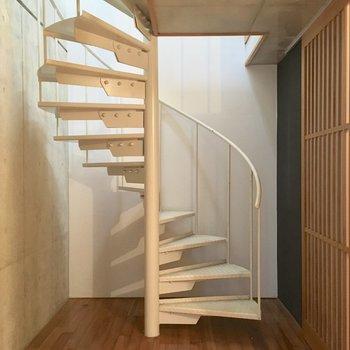 1階の存在感のある螺旋階段が主役(※写真は同間取り別部屋、清掃前のものです)