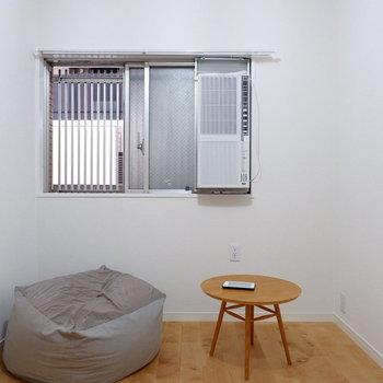 こちらのお部屋にもしっかり窓が◎※家具・小物はサンプルです