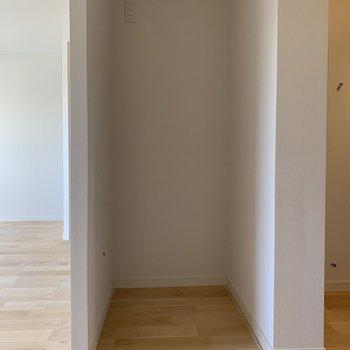 冷蔵庫置き場はキッチンルームの隣に。しっかり居室から見えないように壁があります。