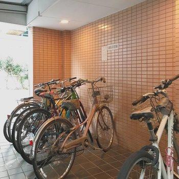 自転車置き場はごみ捨て場の向かいにあります