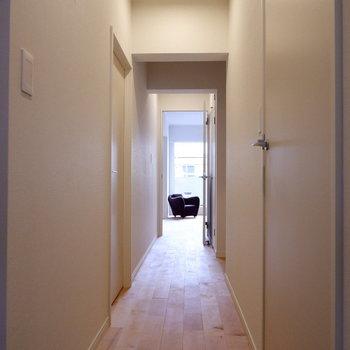 廊下まで無垢床がきもちがいい※家具・小物はサンプルです