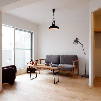大きな窓に、大容量オープンクローゼット※家具・小物はサンプルです