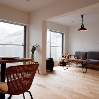 大きな窓ふたつ、嬉しいです※家具・小物はサンプルです