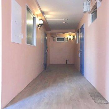 共用部もピンクの壁紙と照明が可愛いなぁ。