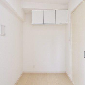 【洋室】上部に収納が。下にベッド置けますね!※写真は4階の同間取り別部屋のものです