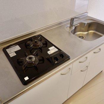 冷蔵庫はキッチン横に。※写真は4階の同間取り別部屋のものです