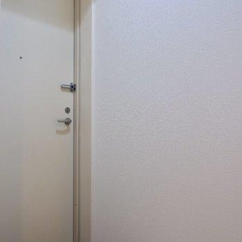 玄関はややコンパクト!※写真は4階の同間取り別部屋のものです