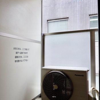 バルコニーはコンパクト。※写真は4階の同間取り別部屋のものです