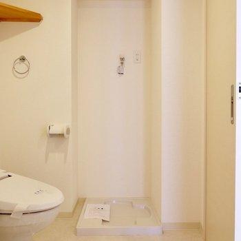 洗濯機置き場も脱衣所に。横に棚ついてます。※写真は4階の同間取り別部屋のものです