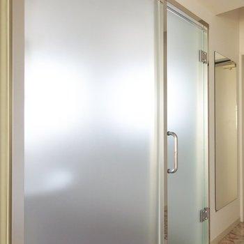 ドアと壁はシースルー!