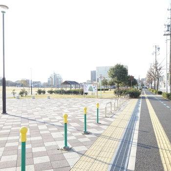駅までは大きな公園を沿って行きます。