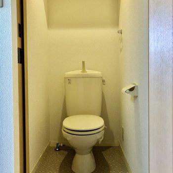 トイレの上には収納棚が、トイレットペーパーなどを置きましょう