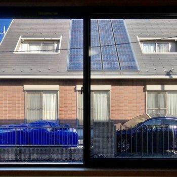 窓の外はお隣さんがあります