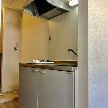 キッチンの隣には冷蔵庫置き場がありますよ