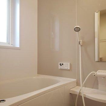 【1階】小窓で明るいお風呂※ 写真は前回募集時のものです