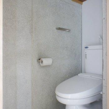 トイレは一階にあります。