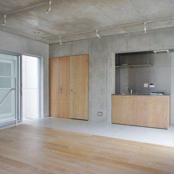 一階のリビング。コンクリートと木のバランスがいい。