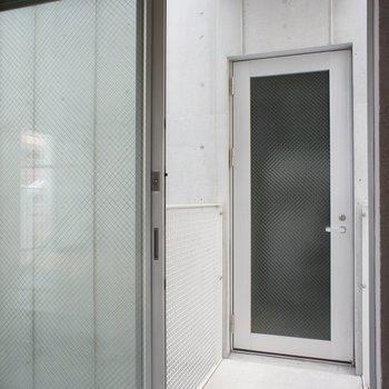 玄関、の前に玄関ポーチ。