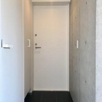 玄関はすっきり。並んで見えるそれぞれのドアノブも好きだな。