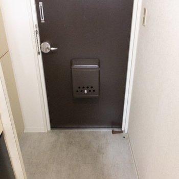 玄関もコンパクトですね〜