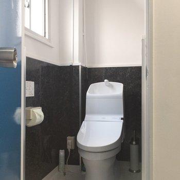 個室トイレには窓があります。
