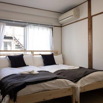 【寝室】2人分のベッドがあります。
