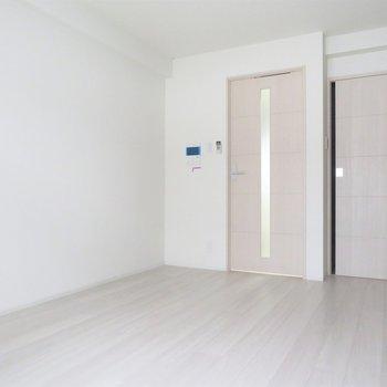 壁面に家具を(※写真は3階の同間取り別部屋のものです)