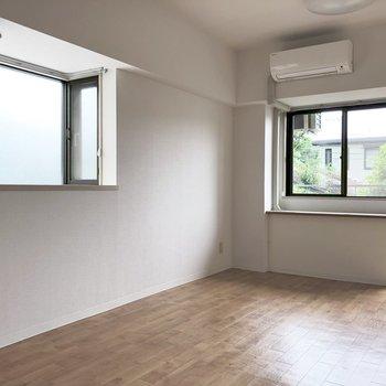 二面採光。小さい窓の方にもカーテンレールついてます!!