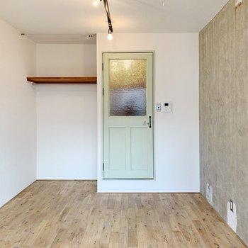 電気をぱちっと点けて、ドアのミントグリーンも好きだなあ。
