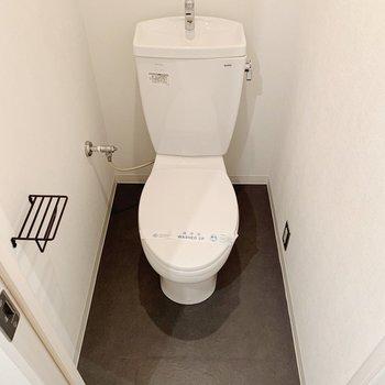 ペーパーホルダーもかわいいトイレ。