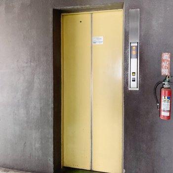 お部屋まではエレベーターで!2つあるので、中々乗れない!ってこともなさそう!