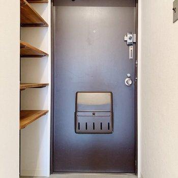 玄関は2〜3足ほど出しておけそうな広さ。