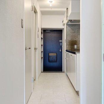 廊下は真っ白空間。