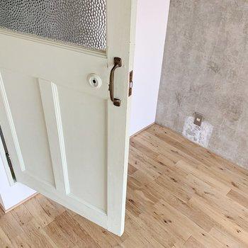 そしてこのシャビーなドアがたまらない…♥お次は水回りですよ〜