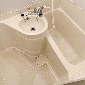 お風呂は2点ユニットタイプ。朝の洗顔はささっと済ませましょう。