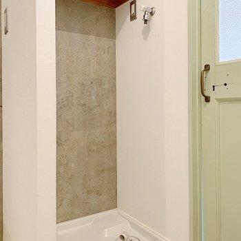 洗濯機はこちらに。木棚がキュートです◯