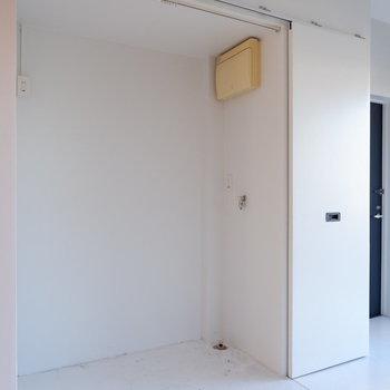 洗濯機置場は玄関横に。カーテンで隠すことも可能ですよ。