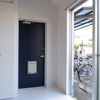土間なので玄関はフラットに。自転車はここから入れましょう。