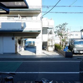 1階のお部屋なのですぐ目の前が道路に。